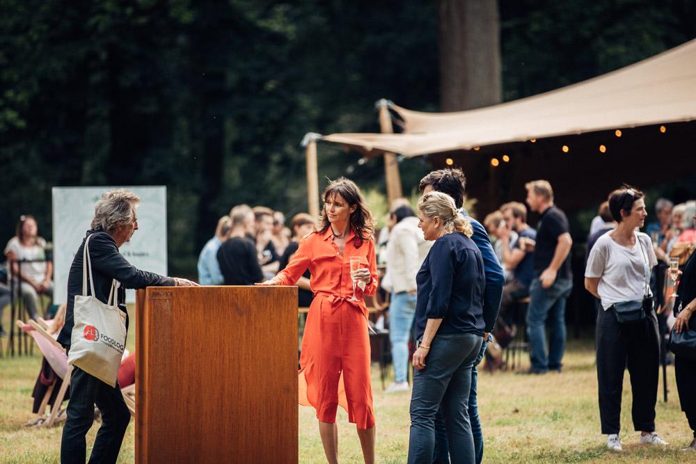 Pascale Naessens en Paul Jambers ontvangen de gepersonaliseerde cortenstaal kruidenbak van WALFiLii